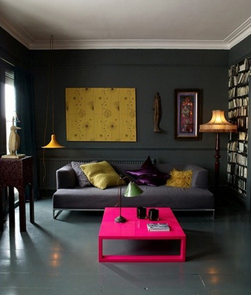paredes-color-negro-y-muebles-claros